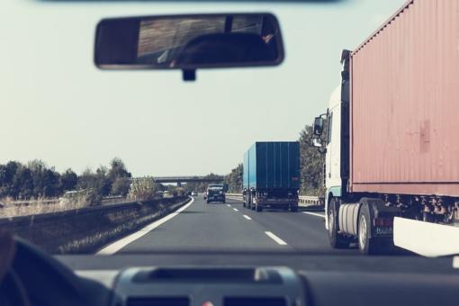 Iki gegužės 1 d. bus ribojamas sunkiasvorio transporto eismas vietinės reikšmės keliuose