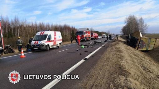 Kraupi lengvojo ir krovininio automobilio avarija – žuvo du žmonės