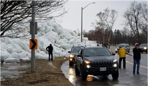 """Prie ežero užfiksavo įspūdingą """"ledo cunamį"""" (vaizdo įrašas)"""