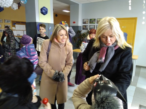 Vaiko teisių apsaugos specialistai žiemą iš kiemo išvijo drauge su vaikais
