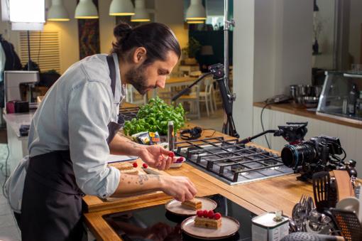 Savaitgalio pietums - sultingi vištienos sparneliai su citrina ir riešutais bei cinamonu kvepiantis pyragas