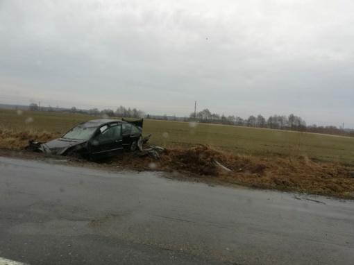 Kelyje Šilutė-Klaipėda susidūrė du automobiliai: vienas vertėsi, o kitas – įlėkė į griovį
