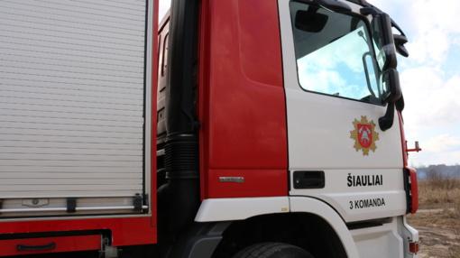 Šiauliuose degė daugiabučio namo rūsio durys: įtariamas padegimas