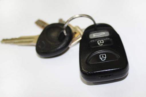 Palikęs raktelius viduje neteko mašinos