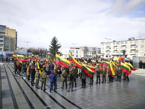 Radviliškiečiai kovo 11-ąją bėgo, maudėsi eketėje ir dovanojo Lietuvai širdį
