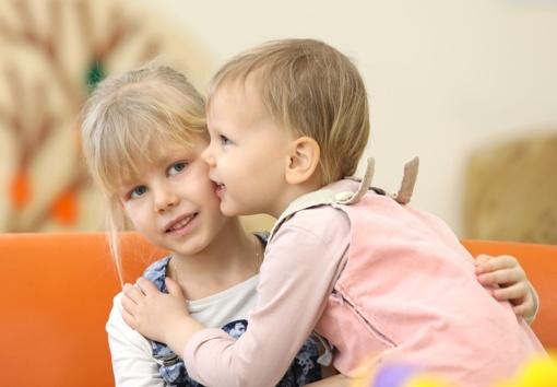 Siūloma leisti vaiką iki 6 metų palikti iki 15 minučių su vyresniais vaikais