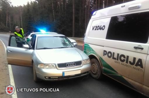 Elektrėnų savivaldybėje sulaikant neblaivų vairuotoją apgadintas policijos automobilis