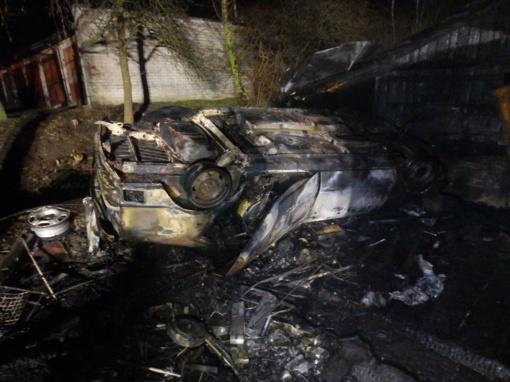 Garaže sudegė automobilis