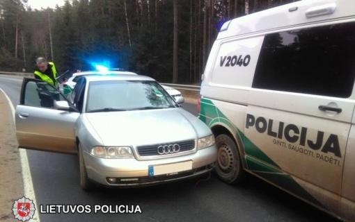 """Sulaikytas nuo policijos pareigūnų sprukęs neblaivus """"Audi A4"""" vairuotojas (vaizdo įrašas)"""