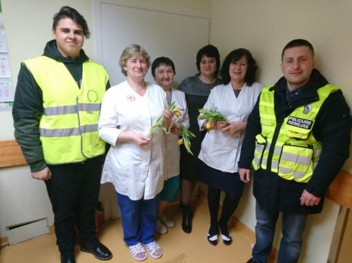 Policijos pareigūnų šypsenos ir gėlės Pakruojo rajono moterims