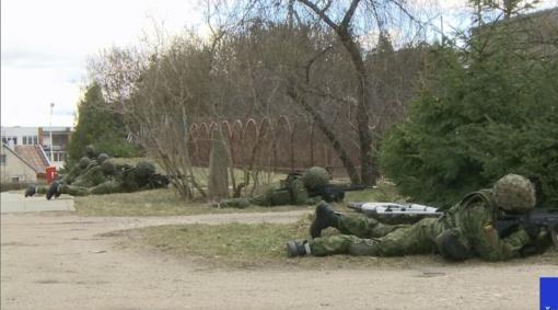 Karinės pratybos Alytuje: žmones stebina tarp namų bėgiojantys ginkluoti kariai