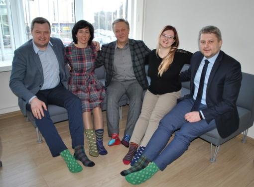 Minint pasaulinę Dauno sindromo dieną – spalvotos kojinės
