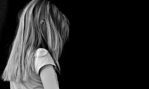 Prieš vaikus dažniausiai smurtauja ne bendraamžiai, o suaugusieji