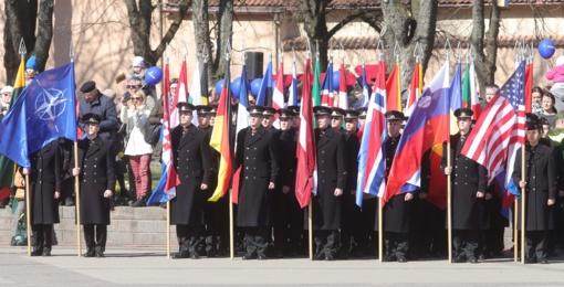 Lietuvos ir NATO vėliavų pakėlimo ceremonija: prisimintas prieš 15 metų išgyventas didelio lūžio pavasaris