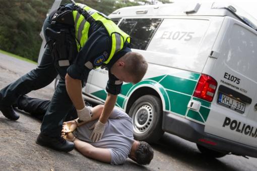 Jurbarko rajono savivaldybėje neblaivus vyras įžeidinėjo ir smurtavo prieš pareigūnus