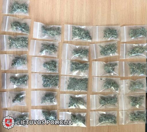 Šiauliuose įkliuvo galimai narkotines medžiagas vežiojęsi jaunuoliai