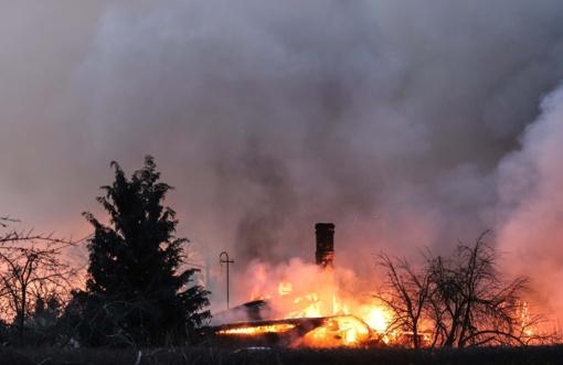 Atvira liepsna degė namas