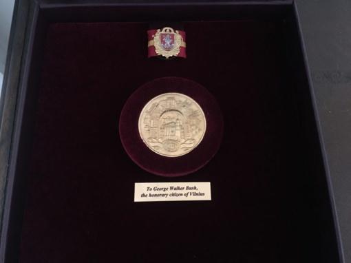 Vilniaus miesto garbės piliečio apdovanojimas perduotas Džordžui Volkeriui Bušui