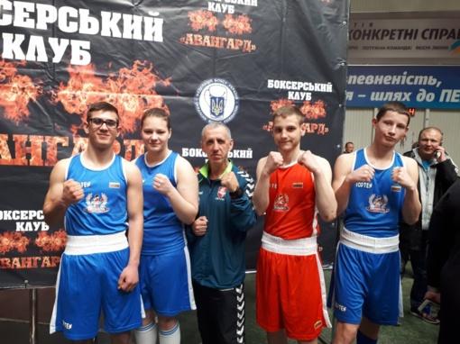 Jaunieji boksininkai džiaugiasi rezultatais