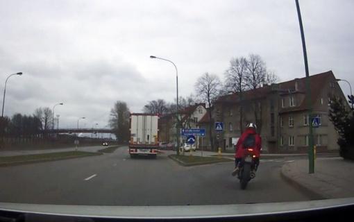 Kelių policija jau tramdo triukšmingus vairuotojus – dėl kriokiančių duslintuvų atima TA