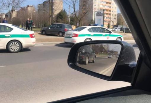 Kaune nesuvaldžiusi automobilio senjorė partrenkė pėsčiuosius ir rėžėsi į medį