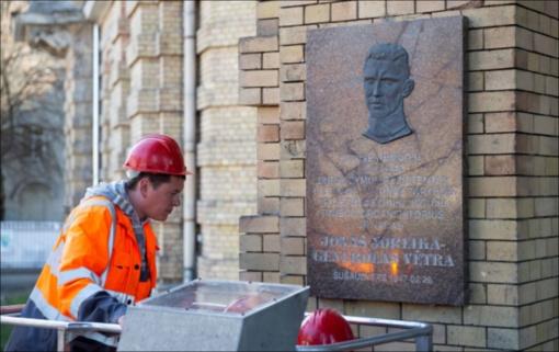 Prie Vrublevskių bibliotekos Vilniuje vėl pakabinta J. Noreikos atminimo lenta