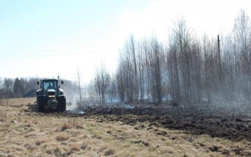 Link gyvenamųjų namų artėjant ugniai, į talką ugniagesiams atskubėjo ūkininkas