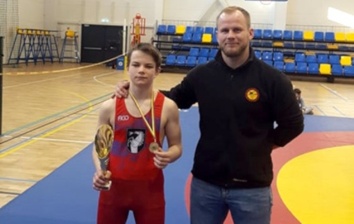 Kelmėje vykusiame Lietuvos jaunučių laisvųjų imtynių čempionate radviliškietis imtynininkas lipo ant nugalėtojų pakylos