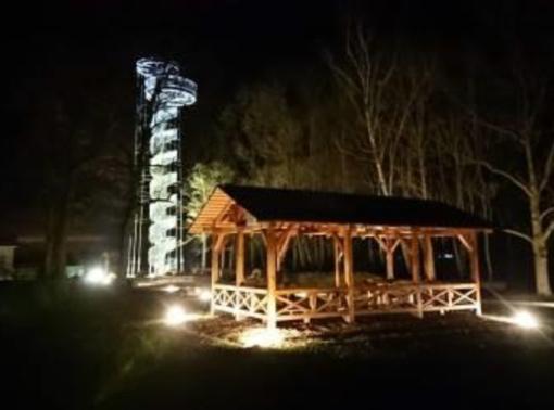 Apšviestas Krekenavos lankytojų centro apžvalgos bokštas