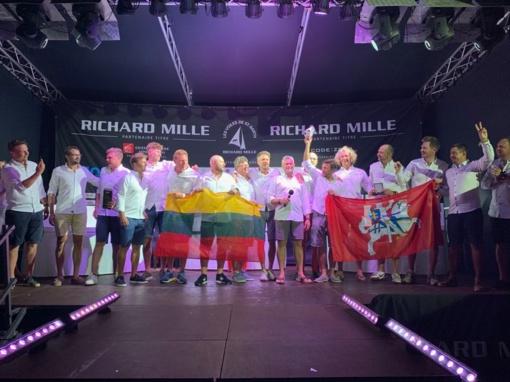 Ant prestižinės Karibų regatos apdovanojimų pakylos – Lietuvos trispalvė