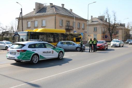 Tilžės gatvėje susidūrė du automobiliai, nukentėjo vairuotoja (vaizdo įrašas)
