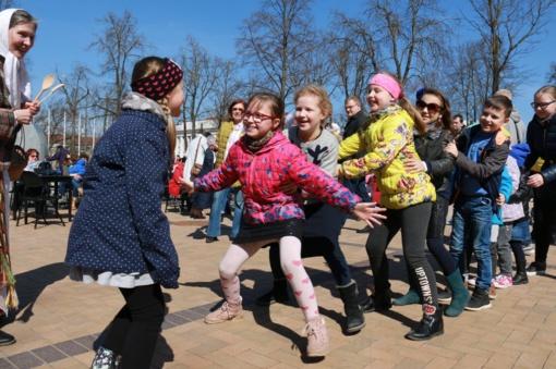 """Tradicinės Atvelykio pramogos ir kitos linksmybės pavasario šventėje """"Vaikų Velykėlės"""""""