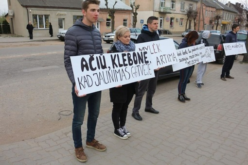 Velykų rytas Kalvarijoje: jaunimas protestavo prieš klebono veiksmus
