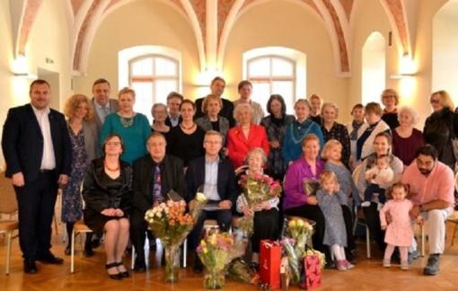 Savivaldybės atstovai pasveikino šimto metų sulaukusią Eleną Baltrušienę