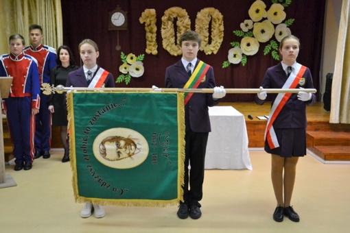 Iškilmingai pašventinta Vilniaus r. Pakenės Česlavo Milošo mokyklos vėliava bei paminėtas Pakenės apylinkių švietimo istorijos šimtmetis