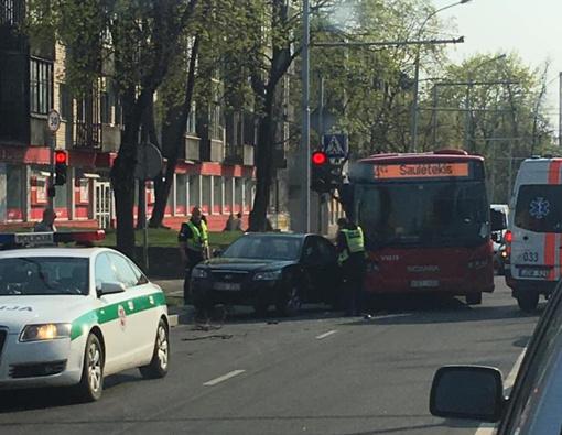 Vilniuje automobiliui atsitrenkus į autobusą, nukentėjo keleivė