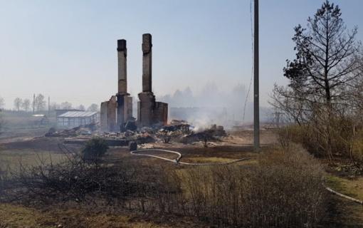 Po gaisro sodybose beliko tik kaminai ir degėsių krūvos