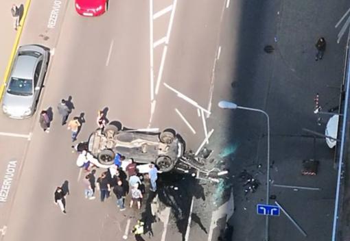 Vilniuje iš daugiaukšties stovėjimo aikštelės iškrito automobilis