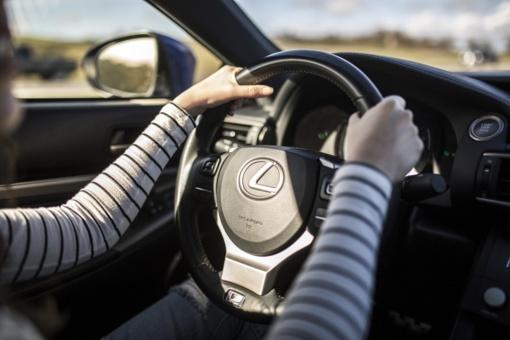 Užkandžiai už vairo: problema ne dešrainyje, o mūsų galvose