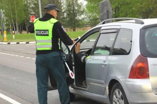 Vyras automobilyje vežiojosi ginklą ir narkotikus