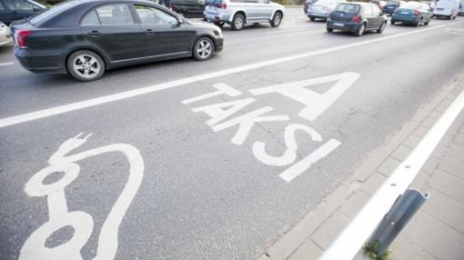 """Vilniaus savivaldybė guminiais borteliais drausmins """"A"""" juosta važiuojančius vairuotojus"""