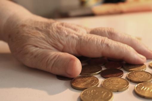Iš senolės atėmė pensiją