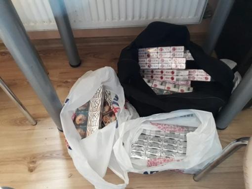 """Dviejuose """"taškuose"""" Plungėje konfiskuota kone 2,5 tūkstančiai pakelių kontrabandinių cigarečių"""