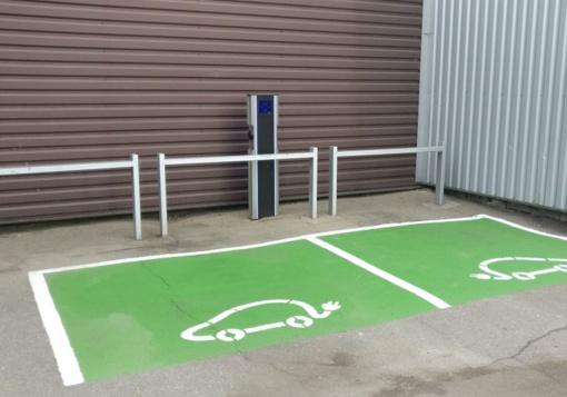 Kaune įrengta išskirtinė elektromobilių įkrovimo stotelė, naudojanti ir saulės energiją