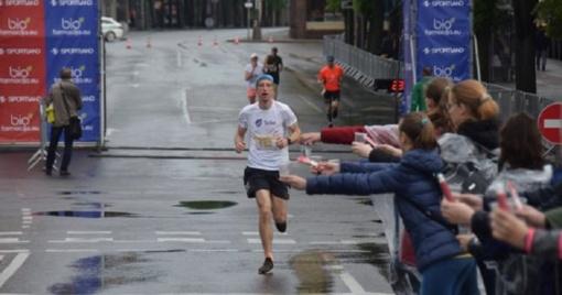 """Pirmieji """"Vilties bėgimo"""" bėgikai džiaugėsi lietumi"""
