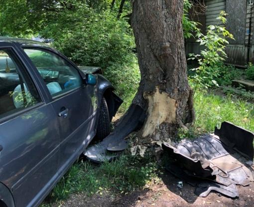 Kauniečių išmonė stebina: avariją užmaskavo sudaužyto automobilio dalimis