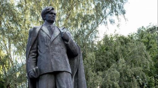 Rašytojai prašys sostinėje palikti P. Cvirkos paminklą