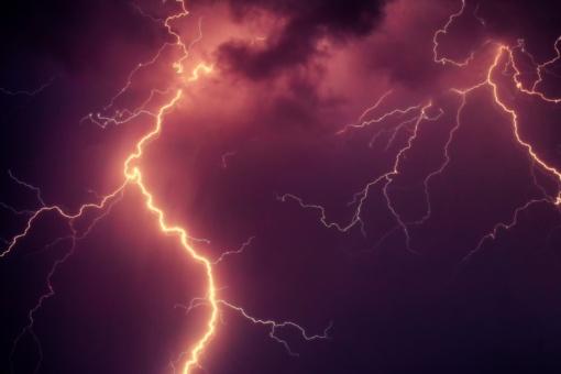 Namas užsidegė trenkus žaibui