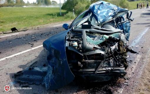 Kelmės rajone susidūrus dviem automobiliams, žuvo vairuotoja, tarp nukentėjusiųjų - nepilnametė