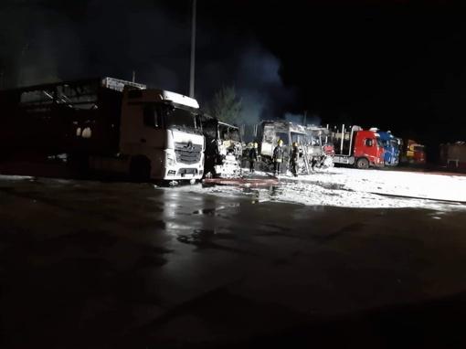 Panevėžyje naktį degė sunkvežimiai, žmonės girdėjo sprogimus
